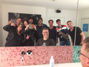 Band-Meeting auf der Unisex-Toilette